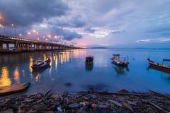 Sonnenaufgang durch das Ufer mit Ansicht von Penang-Brücke Lizenzfreies Stockbild
