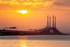 Sonnenaufgang durch das Ufer mit Ansicht von Penang-Brücke Lizenzfreies Stockfoto