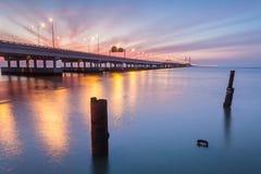 Sonnenaufgang durch das Ufer von Penang-Brücke, George Town, Penang Lizenzfreie Stockfotografie