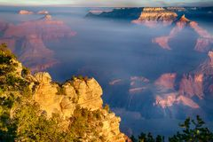 Sonnenaufgang durch den Nebel in Grand Canyon, Arizona stockfoto