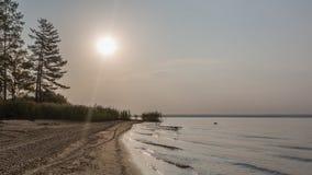 Sonnenaufgang durch den See Lizenzfreie Stockbilder
