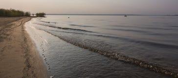 Sonnenaufgang durch den See Lizenzfreies Stockfoto