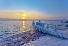 Sonnenaufgang durch den See im Winter Lizenzfreies Stockfoto
