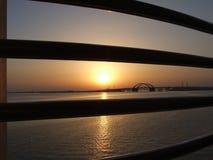 Sonnenaufgang durch Meer in Bahrain Stockfoto