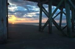 Sonnenaufgang durch Pier Lizenzfreie Stockfotos