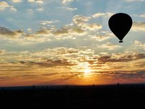 Sonnenaufgang in einem Heißluftballon lizenzfreies stockbild
