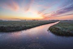 Sonnenaufgang an einem niederländischen Ackerland Lizenzfreies Stockfoto