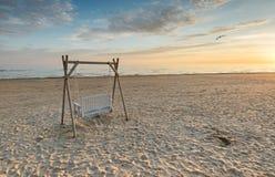 Sonnenaufgang an einem public- domainstrand von Jurmala Stockfoto