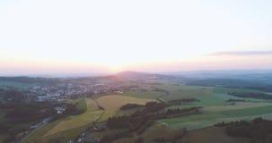 Sonnenaufgang in einer schönen Landstadtvogelperspektive stock video