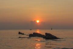Sonnenaufgang, Felsen, Ozean Stockfotografie