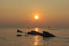 Sonnenaufgang, Felsen, Ozean Lizenzfreie Stockbilder