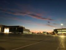 Sonnenaufgang am Flughafen stockbilder