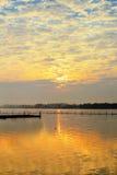 Sonnenaufgang in Fluss Lizenzfreie Stockfotografie