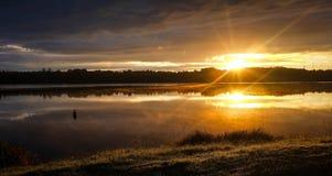 Sonnenaufgang am Fluss Daugava lizenzfreie stockbilder