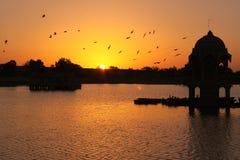 Sonnenaufgang am Gadi Sagar See Stockfotografie