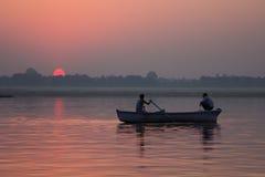 Sonnenaufgang in Ganga-Fluss, Indien stockbild