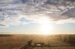 Sonnenaufgang gegen den Teich Lizenzfreie Stockbilder