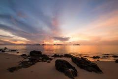 Sonnenaufgang, goldene Stunde, mit einigen Felsen in der Front mit sehr gedämpftem Licht Lizenzfreie Stockfotos