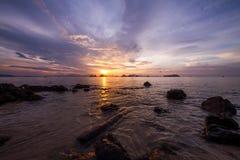 Sonnenaufgang, goldene Stunde, mit einigen Felsen in der Front mit sehr gedämpftem Licht Stockbilder