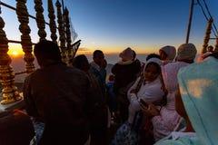 Sonnenaufgang grüßte Pilger auf der heiligen Berg Adams-Spitze Lizenzfreie Stockfotos