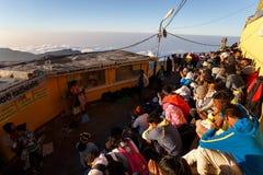 Sonnenaufgang grüßte Pilger auf der heiligen Berg Adams-Spitze Lizenzfreie Stockbilder