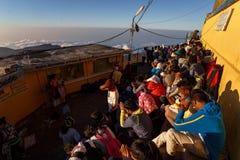 Sonnenaufgang grüßte Pilger auf der heiligen Berg Adams-Spitze Lizenzfreie Stockfotografie