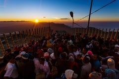 Sonnenaufgang grüßte Pilger auf der heiligen Berg Adams-Spitze Stockbilder