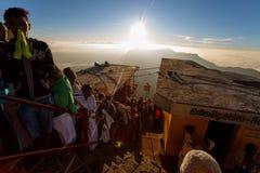 Sonnenaufgang grüßte Pilger auf der heiligen Berg Adams-Spitze Stockfotos