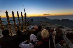 Sonnenaufgang grüßte Pilger auf der heiligen Berg Adams-Spitze Stockfotografie
