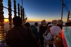 Sonnenaufgang grüßte Pilger auf der heiligen Berg Adams-Spitze Stockfoto