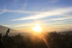 Sonnenaufgang herauf eine kleine Stadt lizenzfreie stockfotografie