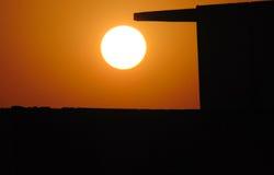 Sonnenaufgang-Himmel mit einer schwarzen Wand Stockfoto