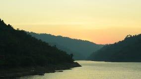 Sonnenaufgang hinter Berg auf Fluss in Thailand stock video