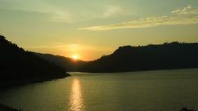 Sonnenaufgang hinter Berg auf Fluss in Thailand stock video footage