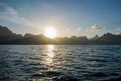 Sonnenaufgang hinter Berg bei Khao Sok National Park, Surat Thani Stockfoto