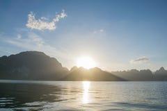 Sonnenaufgang hinter Berg bei Khao Sok National Park, Surat Thani Stockbild