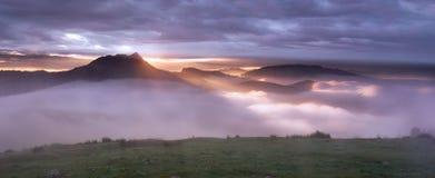 Sonnenaufgang hinter dem Berg Lizenzfreie Stockfotografie