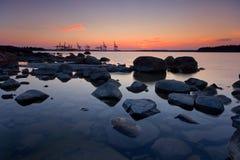 Sonnenaufgang hinter dem Hafen lizenzfreie stockbilder