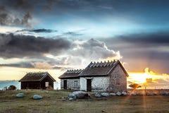 Sonnenaufgang hinter den Wolken und dem schwedischen traditionellen Haus Lizenzfreies Stockfoto