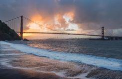 Sonnenaufgang hinter Golden gate bridge lizenzfreies stockfoto