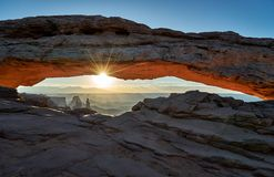 Sonnenaufgang hinter Mesa Arch in Nationalpark Canyonlands stockfotografie