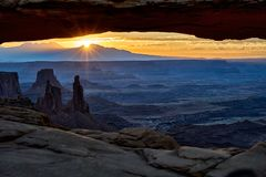 Sonnenaufgang hinter Mesa Arch in Nationalpark Canyonlands stockfotos