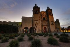 Sonnenaufgang hinter Santo Domingo Church stockbild