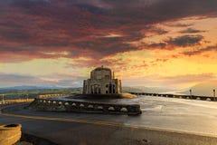 Sonnenaufgang an historischem Vista-Haus im Kronen-Punkt in Oregon Stockfotos