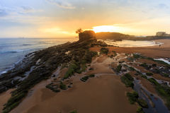 Sonnenaufgang im Camello-Strand, Santander stockbilder