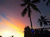 Sonnenaufgang im elektrischen Trio des Karnevals mit einem Farbhimmel lizenzfreie stockfotografie
