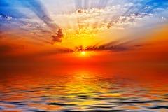Sonnenaufgang im Meer Lizenzfreie Stockfotos