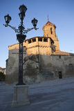 Sonnenaufgang im Quadrat am 1. Mai, mit Seitenfront und Quelle der Kirche von San Pablo und Laternenpfahl, Ubeda Lizenzfreie Stockfotos