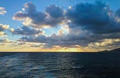 Sonnenaufgang im sardinischen Meer Lizenzfreies Stockfoto