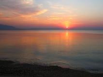 Sonnenaufgang am leeren Strand Stockfoto